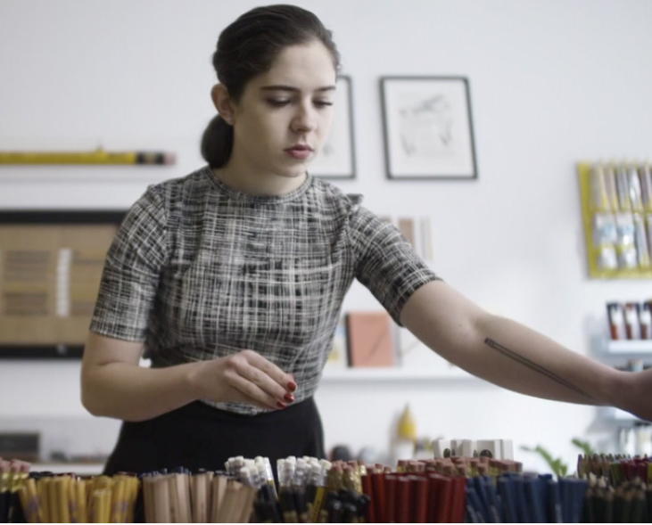 "Caroline Weaver pflegt das Graphitsortiment in ihrem Shop ""CW Pencils"" in der Orchard Street, New York City© Caroline Weaver"