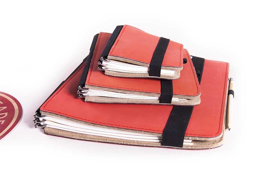 Die erdbeerrote Variante des Taschenbegleiters © Roterfaden