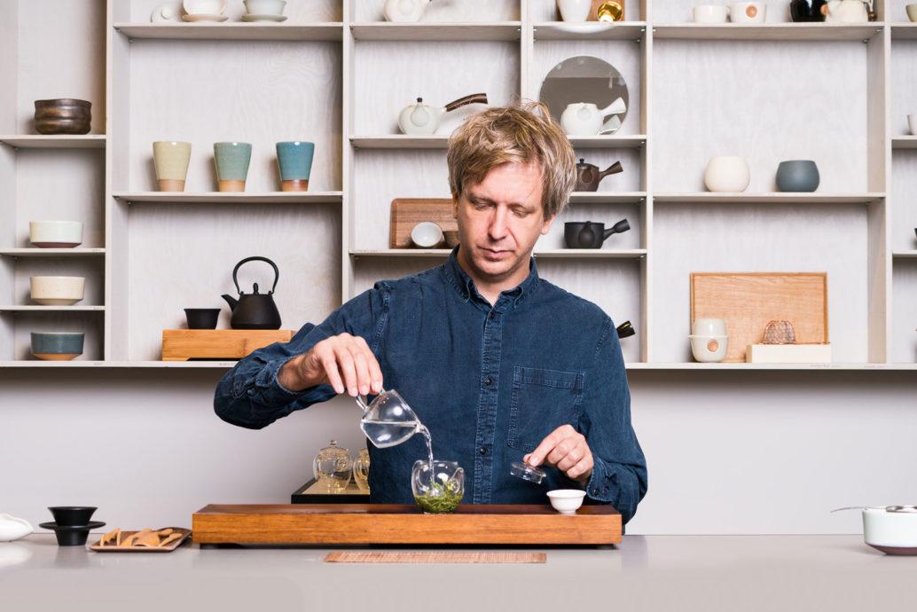 Den Tee zelebrieren: Jens de Gruyter weiss, worauf es ankommt. Copyright: Paper & Tea, Berlin