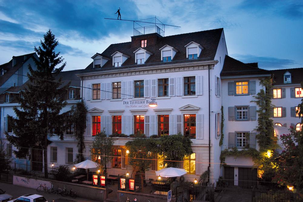 """Das Hotel """"Der Teufelhof"""" am Abend. Credits: Der Teufelhof"""