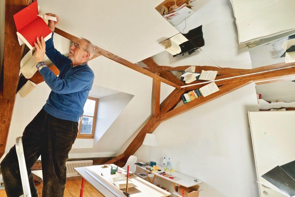 Künstler Hubertus Gojowczyk, der künstlerische Kopf hinter dem Zimmer 7 im Kunst Hotel. Credits: Der Teufelhof
