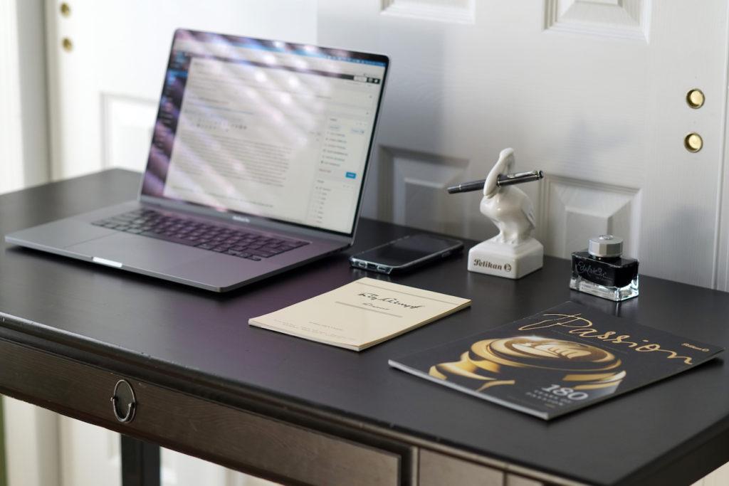 Joshuas Schreibtisch zuhause. Credits: Joshua Danley, The Pelikan's Perch.
